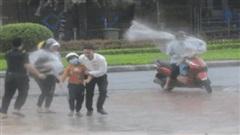 Hình ảnh về sự tàn phá kinh hoàng của bão số 9: Người dân thẫn thờ bên đống đổ nát, tan hoang