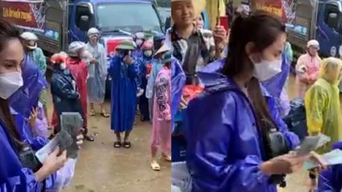 Thủy Tiên, Công Vinh đội mưa phát tiền cho người dân ở Quảng Bình