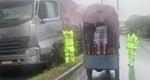 Người dân và CSGT phát cơm cho tài xế, hành khách dừng xe tránh bão