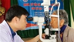 Khám, cấp thuốc miễn phí các bệnh về mắt cho người dân Cẩm Xuyên
