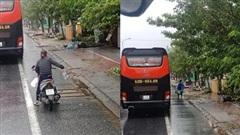 Ấm lòng chuyện người dân Huế gõ cửa từng xe trú bão để phát cơm miễn phí bấp chấp mưa gió