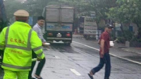 CSGT và người dân phát cơm, nước miễn phí cho hàng ngàn người mắc kẹt trên quốc lộ 1A