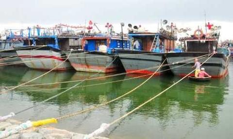 Một tàu cá bị sóng đánh chìm do không chấp hành phòng chống bão