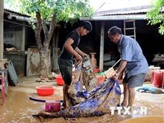 Người đàn ông gần 70 tuổi lao thuyền vào lũ dữ để cứu đồng bào