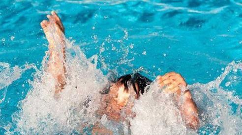 Dốc, vác người đuối nước chạy vòng quanh: Cách sơ cứu sai lầm