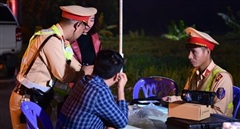 Theo chân CSGT xử lý vi phạm trên cao tốc Hà Nội - Hải Phòng