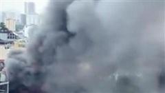 Cháy lớn kèm cột khói cao hàng chục mét tại quán lẩu ở Hà Nội, nhiều người đi đường hoảng sợ