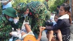 '3 đứa con bị đất đá vùi hết'- Đôi mắt vô hồn của người mẹ, anh bộ đội thành giá đỡ truyền nước cho nạn nhân ở Trà Leng