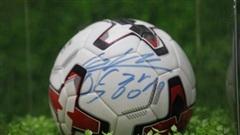 Bán đấu giá trái bóng có chữ ký HLV Park Hang-seo ủng hộ miền Trung