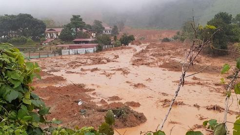 Núi Tà Bang (Quảng Trị) xuất hiện vết nứt, di dời khẩn cấp nhiều hộ dân