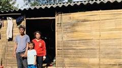 Chuyện 10 triệu đồng bỏ quên trong túi quần áo cứu trợ: Tặng lại số tiền cho người đàn ông nghèo