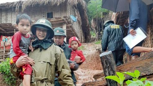 Các huyện miền núi Nghệ An xuất hiện hàng chục điểm sạt lở, di dời hàng trăm hộ dân