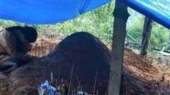 Xúc động hình ảnh nữ sinh chết lặng quỳ gối trước mộ cha mẹ bị sạt lở tử vong thương tâm ở Quảng Nam