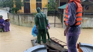 Nước sông dâng cao, lính biên phòng giải cứu hơn 200 người dân 'ốc đảo' Hồng Lam