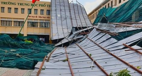 Gió lớn quật tung mái tôn trường trung học ở TP Hồ Chí Minh