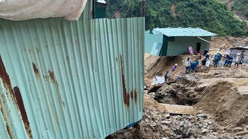 Trực thăng Mi17 thả lương thực tiếp tế người dân bị cô lập ở Quảng Nam
