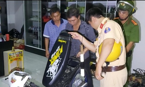 Phát hiện nhiều xe máy độ trong tiệm sửa xe máy ở Tiền Giang