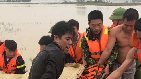 Nhói lòng 1 ngày tìm thấy 5 thi thể bị nước lũ cuốn trôi ở Nghệ An, vợ trẻ ôm con khóc chồng và anh trai