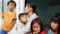 Chồng tâm thần, người mẹ ôm 4 đứa con nhem nhuốc trong căn nhà tốc mái sau bão số 9: 'Nhà mất rồi, mấy đứa nhỏ biết ngủ ở đâu'