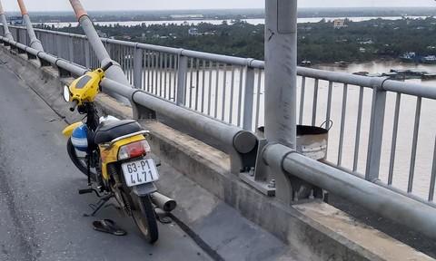 Người đàn ông để lại xe máy trên cầu, gieo mình xuống sông Tiền