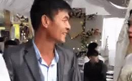 Video: Cô dâu mếu máo sau hôn lễ, bố vỗ vai nói câu hài hước thay đổi cục diện