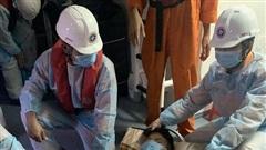 Vượt mưa bão đưa 2 bệnh nhân nguy kịch từ xã đảo vào bờ cấp cứu