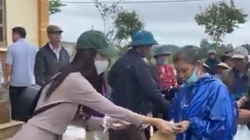 Công Vinh, Thủy Tiên 'đội mưa' phát tiền cho hơn 12.600 hộ dân ở Hải Lăng