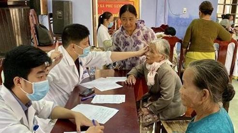 Khám, chữa bệnh,phát thuốc miễn phí cho người dân bị thiệt hại do bão lũ