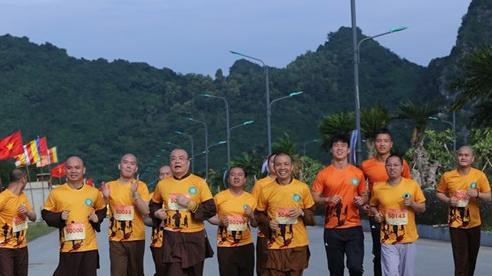 Duy Mạnh, Đình Trọng cùng chư tăng ni chạy gây quỹ mổ mắt cho trẻ em nghèo