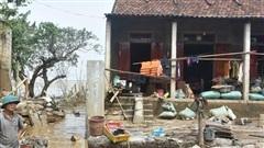 Rác tràn ngập sau trận lũ lịch sử tại Quảng Bình
