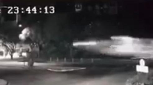 Clip: Kinh ngạc cảnh xe ô tô tóe lửa, bay vút qua ngã tư như phim hành động