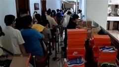Hàng hiệu Nike, Levi's, Mango, Calvin Klein... đổ đống bán giá bèo