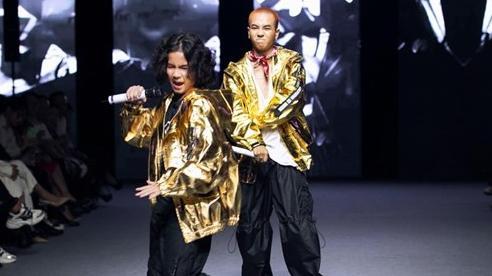 Rapper Weeza King Of Rap cùng mẫu nhí 'khuấy đảo' sàn runway