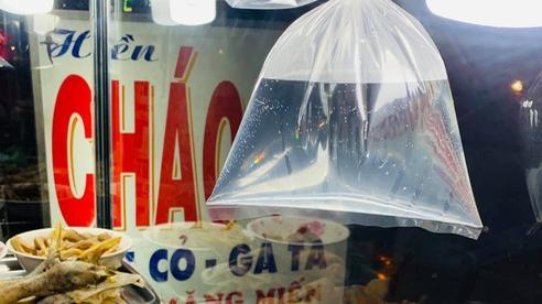 Nhiều hàng quán vẫn treo chiếc túi nilon đựng đầy nước lọc để đuổi ruồi, sự thật phía sau là gì?