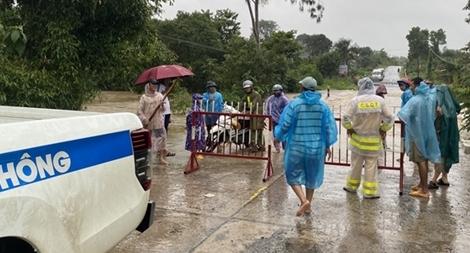 Công an phong tỏa nhiều tuyến đường ngập lụt do cơn bão số 12