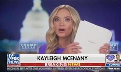 Quan chức Nhà Trắng cầm hơn 200 trang tài liệu lên truyền hình tố gian lận bầu cử