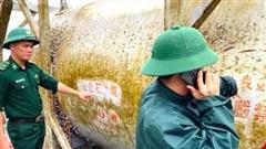 Phát hiện bồn chứa hóa chất, phao sắt lạ tại bờ biển Quảng Ngãi