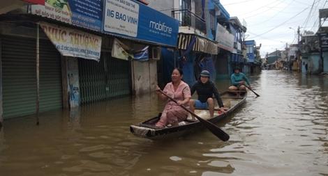 Nước lũ lại nhấn chìm nhiều tuyến phố cố đô Huế, 6.500 nhà dân bị ngập