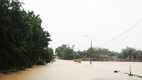 Quảng Nam: Bị nước lũ cuốn trôi, mẹ tử vong, con cấp cứu tại bệnh viện