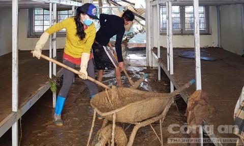 Thầy cô giáo ở Trà Leng vất vả dọn dẹp trường lớp sau lũ