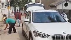 Chủ BMW X1 đem xe đi chở rác cho cả phố vì bức xúc với đại lý