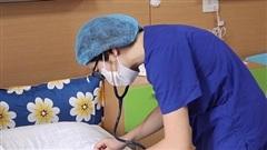 Bé sơ sinh ngừng thở trên đường đến bệnh viện sống sót diệu kỳ