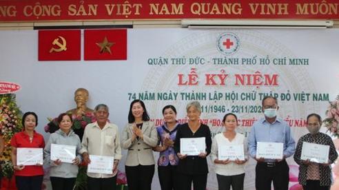 TP.HCM: Hội chữ thập đỏ quận Thủ Đức tặng thẻ BHYT cho người nghèo