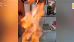 Nước máy ở Trung Quốc 'bắt lửa' cháy hừng hực