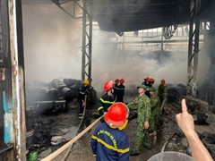 Hàng trăm cán bộ, chiến sĩ tham gia chữa cháy kho hàng tại TP Vinh
