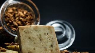 Thanh xà phòng đắt nhất thế giới được làm bằng bột vàng và kim cương, có giá 2.800 USD
