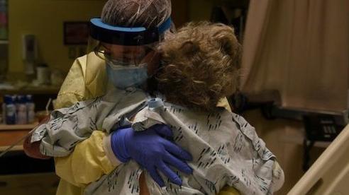 Nước Mỹ đang 'thất thủ' vì Covid-19, bệnh nhân thoi thóp chờ giường bệnh, tâm lý chán nản bao trùm các bác sĩ