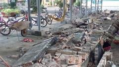 Tường rào trường tiểu học đổ sập ở Đồng Nai