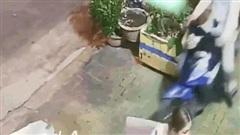Video: Người phụ nữ sợ 'cứng người' sau khi bị tên cướp giật điện thoại ngay trên tay