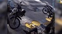 Clip: Ngồi quán nước hút thuốc, xe con bất ngờ lao thẳng về phía nam thanh niên khiến tất cả thót tim